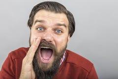 Close-upportret van jonge mens het schreeuwen Stock Afbeeldingen