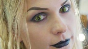 Close-upportret van jonge mooie vrouw met Halloween-make-up bij schoonheidssalon Stock Fotografie