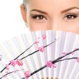 Close-upportret van Jonge Vrouw met het Vouwen van Ventilator Stock Foto