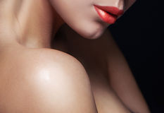 Close-upportret van jonge vrouw met mooie lippen Stock Afbeelding