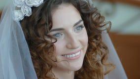 Close-upportret van jonge witte bruid stock footage