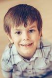 Close-upportret van leuk glimlachend weinig jongen met bruine ogen stock afbeeldingen