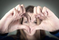 Close-upportret van leuk jong tienermeisje die a maken Stock Foto's