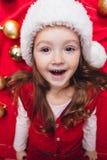 Close-upportret van leuk Kerstmismeisje Stock Afbeeldingen