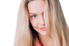 Close-upportret van leuke blondevrouw met lang haar, schone huid, natuurlijke make-up, en witte tanden Expressieve mooie blauwe o stock afbeeldingen