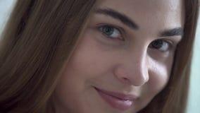 Close-upportret van leuke jonge vrouw die met verschillende gekleurde ogen camera in de ochtend bekijken Gelukkige Kaukasisch stock video