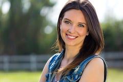 Close-upportret van leuke jonge vrouw in het park stock fotografie