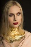 Close-upportret van luxe jong model met rode lippen en gouden FO Royalty-vrije Stock Foto's