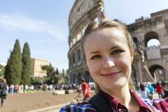 Close-upportret van meisje in plaidoverhemd op Roman Colosseum-rug royalty-vrije stock foto