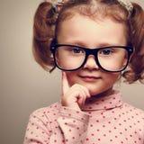 Close-upportret van meisje van het pret het gelukkige jonge geitje in glazen Royalty-vrije Stock Foto