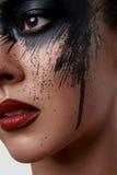 Close-upportret van Model met zwarte Verf op haar Gezicht Stock Foto's