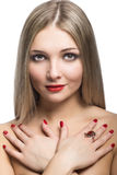 Close-upportret van mooi die blondemeisje op witte rug wordt geïsoleerd Stock Afbeelding