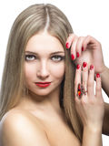 Close-upportret van mooi die blondemeisje op witte rug wordt geïsoleerd stock foto's