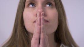 Close-upportret van mooi dromerige biddend of ongerust makend meisje stock videobeelden