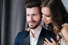 Close-upportret van mooi huwelijkspaar samen Bruid en Bruidegomkus en omhelzing elkaar stock afbeeldingen