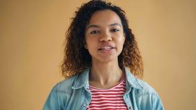 Close-upportret van mooi jong Afrikaans Amerikaans meisje die grappige gezichten maken stock footage