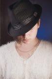 Close-upportret van mooi meisje in hoed, Royalty-vrije Stock Afbeeldingen
