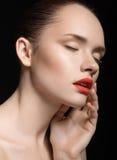 Close-upportret van mooi meisje met duidelijke gezonde huid Royalty-vrije Stock Foto