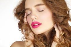 Close-upportret van mooi meisje met roze lippen stock afbeelding