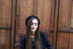 Close-upportret van mooi meisje in stad Stock Foto's