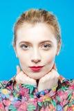 Close-upportret van Mooi Model met Paardestaart en Perfecte Schone Huid die Kleurrijk Overhemd op Blauwe Achtergrond dragen leuk Royalty-vrije Stock Fotografie