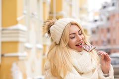 Close-upportret van mooie blondevrouw met natuurlijke make-upbiti Royalty-vrije Stock Afbeelding