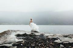 Close-upportret van mooie bruid in de kleding van het luxehuwelijk bij royalty-vrije stock fotografie