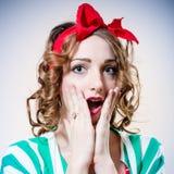 Close-upportret van mooie elegante blondevrouw met grote blauwe ogen en rode lippen open mond in verrassing die camera bekijken Stock Foto