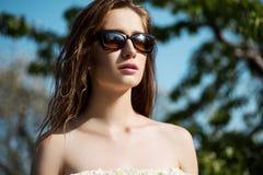 Close-upportret van mooie en maniervrouw in zonnebril, Stock Foto's