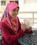 Close-upportret van mooie jonge Aziatische student met glas water Stock Afbeeldingen