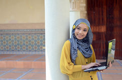Close-upportret van mooie jonge Aziatische student met laptop stock fotografie