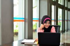 Close-upportret van mooie jonge Aziatische student met laptop Royalty-vrije Stock Foto's