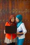 Close-upportret van mooie jonge Aziatische studentenglimlach Stock Foto's