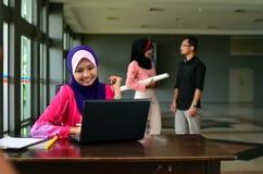 Close-upportret van mooie jonge Aziatische studentenstudie samen Stock Foto