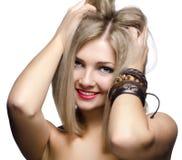 Close-upportret van mooie jonge die vrouw op witte rug wordt geïsoleerd Stock Afbeeldingen