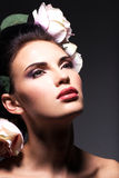 Close-upportret van mooie jonge vrouw met roze bloemen in h Royalty-vrije Stock Foto's