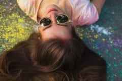 Close-upportret van mooie jonge vrouw in spiegelglazen liggend o Stock Foto's