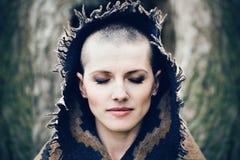 Close-upportret van mooie Kaukasische witte jonge kale meisjesvrouw met geschoren haarhoofd met gesloten ogen Royalty-vrije Stock Fotografie