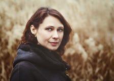 Close-upportret van mooie middenleeftijds witte Kaukasische donkerbruine vrouw stock afbeeldingen