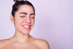 Close-upportret van mooie Spaanse jonge vrouw Stock Foto's