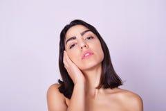Close-upportret van mooie Spaanse jonge vrouw Stock Foto