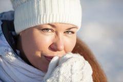 Close-upportret van mooie vrouw in hoed en vuisthandschoenen Stock Afbeelding