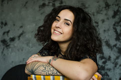 Close-upportret van mooie vrouw met charmante glimlach Royalty-vrije Stock Fotografie