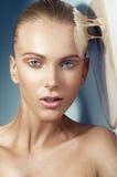 Close-upportret van mooie vrouw met naakte make-up stock foto