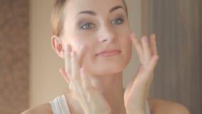 Close-upportret van mooie vrouw wat betreft gezichts skincare concept stock video