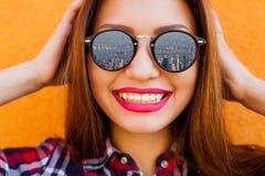Close-upportret van mooie vrouwen met perfecte samenstelling en zonnebrilbezinning, het glimlachen Conceptendoel, drea Stock Foto