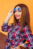 Close-upportret van mooie vrouwen met perfecte samenstelling en zonnebrilbezinning, het glimlachen Conceptendoel, drea Stock Fotografie