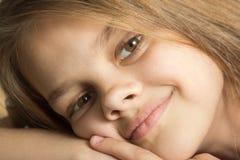 Close-upportret van negen-jaar-oud meisje Stock Fotografie