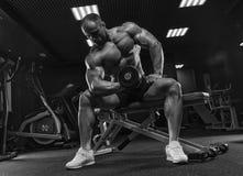 Close-upportret van professionele bodybuildertraining met barbeel Royalty-vrije Stock Afbeelding