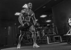 Close-upportret van professionele bodybuildertraining met barbeel Royalty-vrije Stock Afbeeldingen